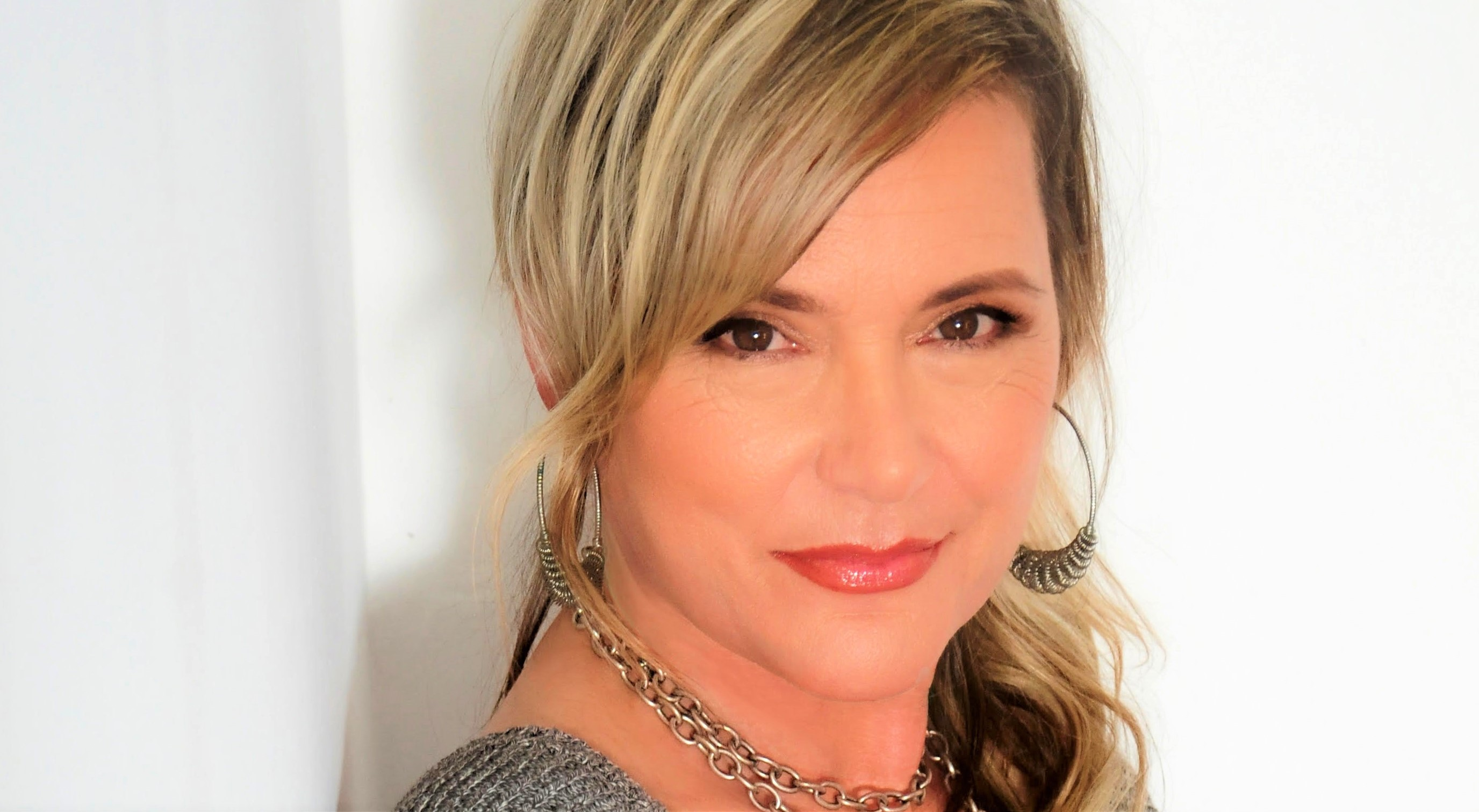 Interview with the actress Dedee Pfeiffer, 'Big Sky' is the new tv series